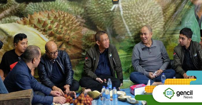 Bang Midji Makan Durian di Pasar Hongkong Singkawang