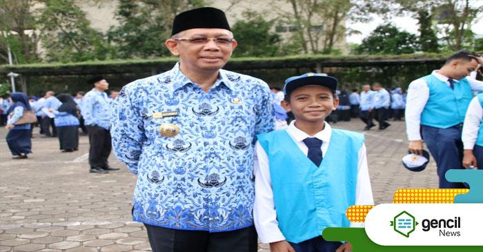 Walikota Pontianak Sutarmidji saat menjadi inspektur upacara HUT ke-61 Pemerintah Provinsi Kalimantan Barat di halaman parkir Kantor Wali Kota