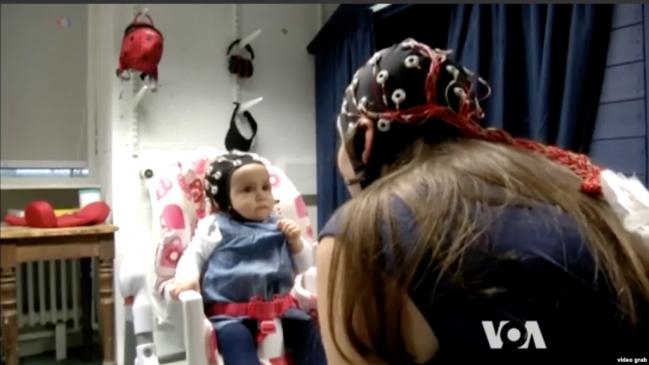 Kontak Mata dengan Bayi Selaraskan Gelombang Otak