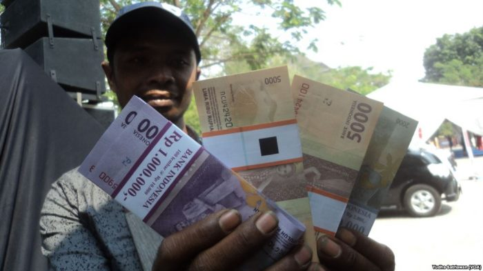 Marak Bisnis Penukaran Uang Jelang Lebaran