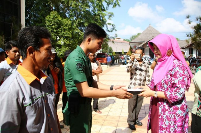 649 PHL Kebersihan Terima Tali Asih dari Donatur