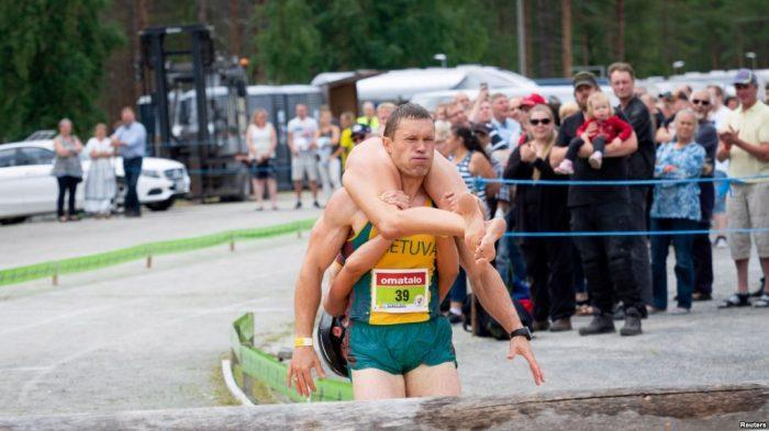 53 Pasutri dari 13 Negara Ikuti Kejuaraan Dunia Menggendong Istri