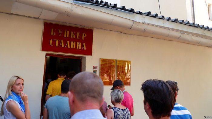 Ratusan Penggemar Sepak Bola Kunjungi Bunker Stalin