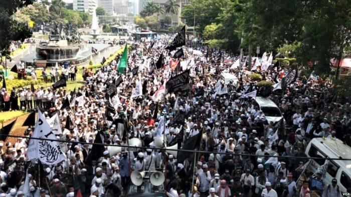 Protes Pembakaran Bendera Bertuliskan Kalimat Tauhid