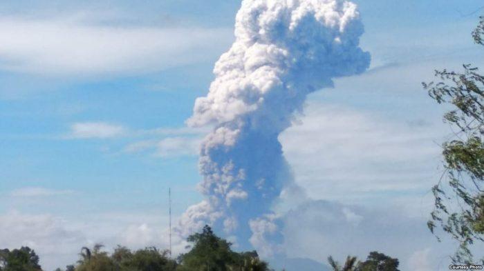 Gunung Soputan di Minahasa Meletus