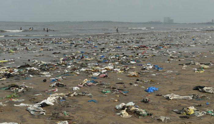 Anak Muda di Mumbai Bersihkan Pantai yang Penuh Sampah