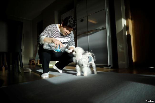 Setiap kali kembali dari perjalanan bisnis, Kang Sung-il selalu membeli oleh-oleh mainan untuk Sancho, anjing jenis Pomeranian peliharaannya.