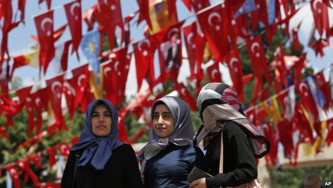 Sejumlah perempuan Turki di Istanbul pada Juni 2018.