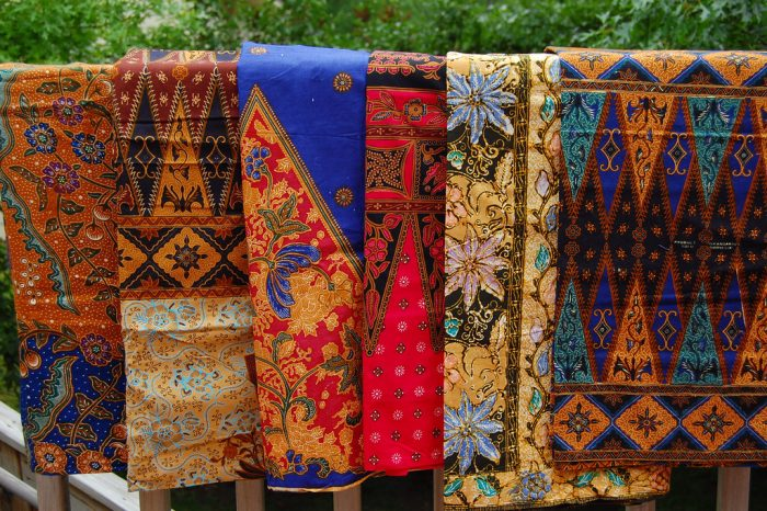 Industri tenun dan batik memberikan kontribusi cukup besar terhadap perekonomian nasional.