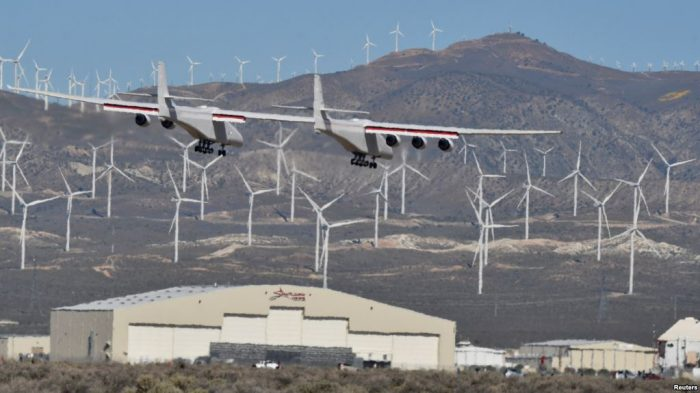 Pesawat Terbang Terbesar di Dunia Lepas Landas dari California