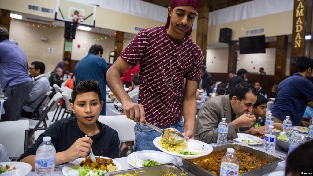 Anak Muda Muslim di AS Bagikan Makanan untuk Tunawisma