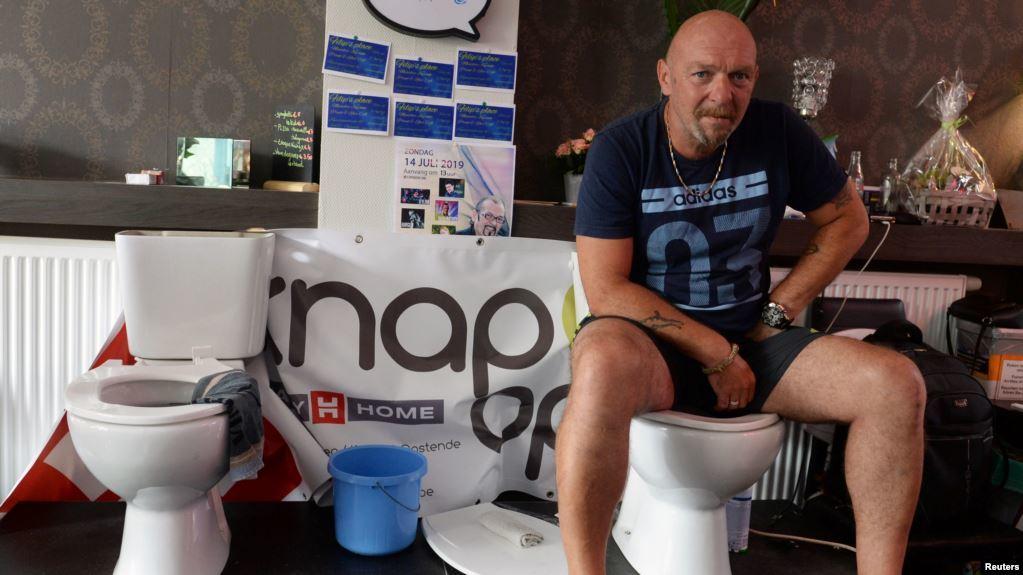 Demi Pecahkan Rekor Dunia, Pria Belgia Rela Duduk di Toilet 5 Jam