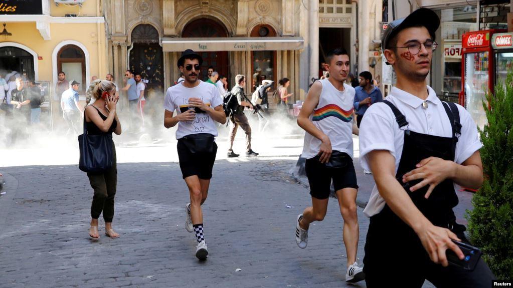 Polisi Bubarkan Pawai LGBT dengan Gas Air Mata