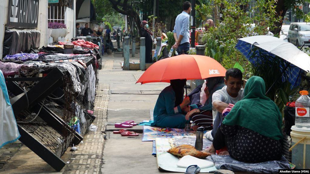Pilih Bertahan di Trotoar, Pencari Suaka Tunggu Kepastian Hunian