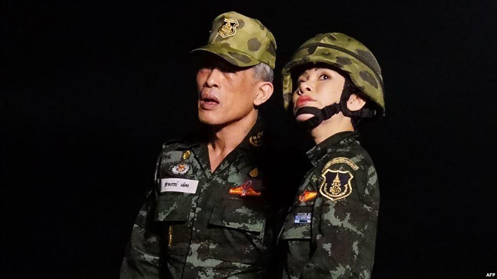 """Situs Web Istana Kerajaan Thailand """"Rubuh"""" Yang Disebabkan Foto Selir-Situs web Istana Kerajaan Thailand tak bisa diakses, Senin (26/8/2019), setelah rumah tangga kerajaan merilis foto-foto yang memperlihatkan selir raja menaiki jet tempur dan mengenakan crop top serta seragam tentara, kantor berita Reuters melaporkan."""