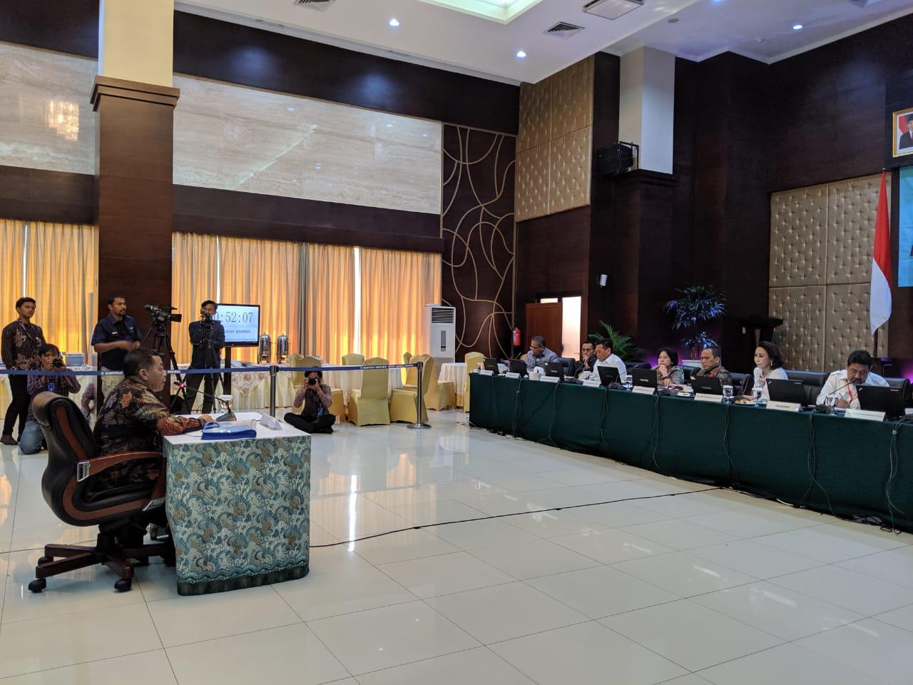 Salah satu kandidat Capim KPK, Irjen Pol. Antan Novambar, mengikuti seleksi Wawancara dan Uji Publik, di aula Gedung III Kemensetneg, Jakarta, Selasa (27/8) pagi. (Foto: Nia/Humas)