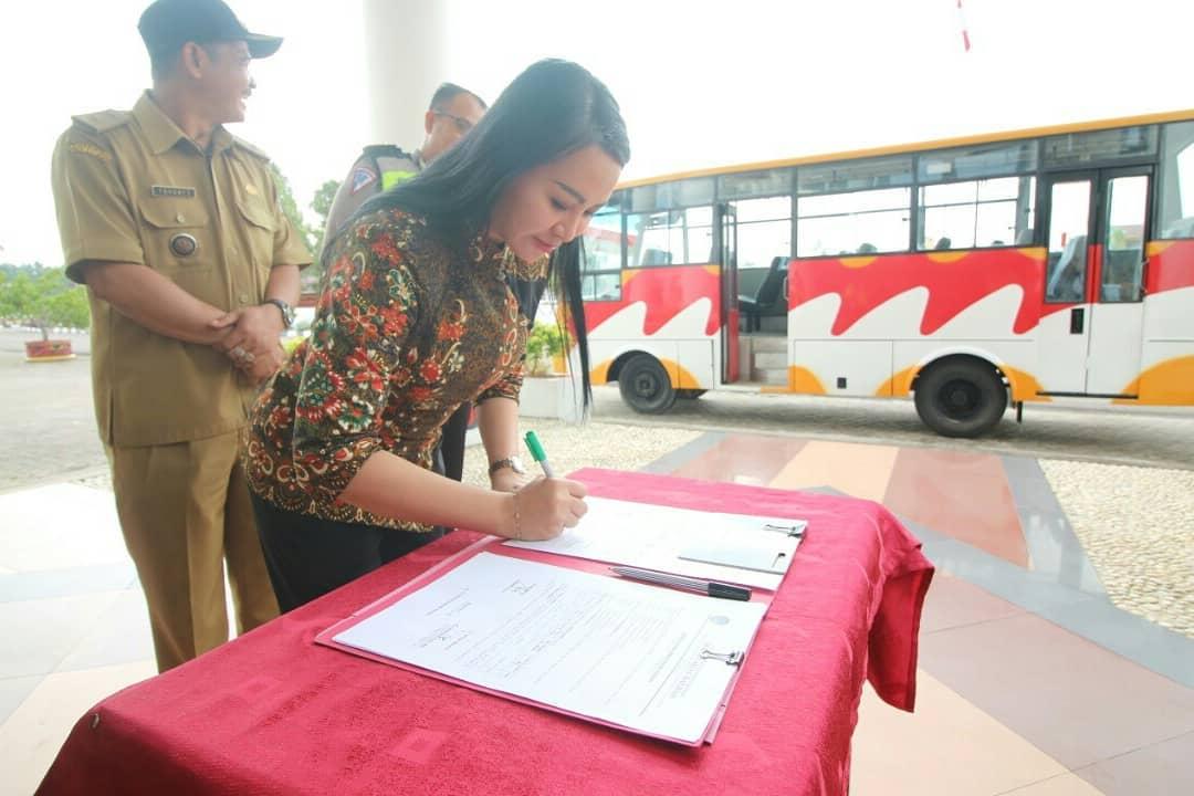 Pemkab Landak Hibahkan Bus