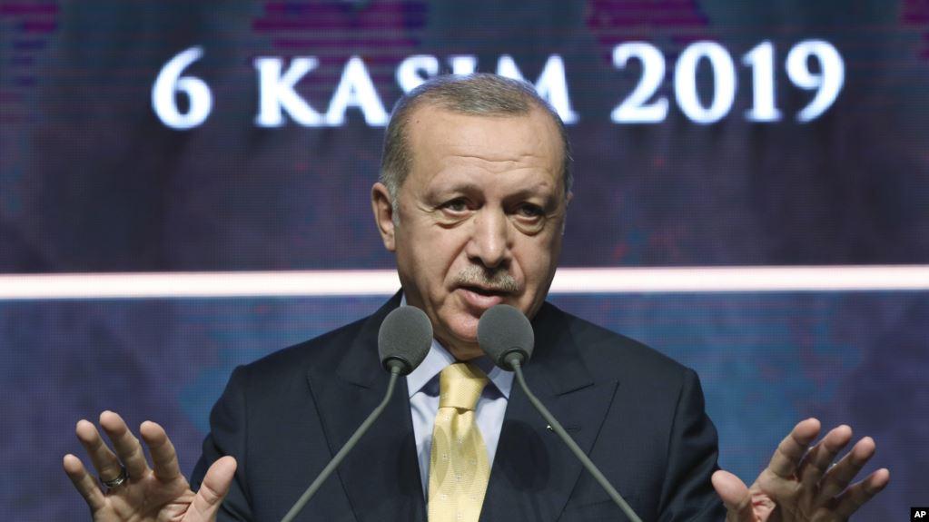 Presiden Turki Recep Tayyip Erdogan, Rabu (6/11), mengatakan pasukan Turki menangkap istri mantan pemimpin ISIS Abu Bakr al-Baghdadi yang tewas dalam serangan pasukan khusus AS di Suriah.