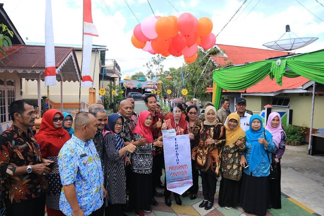 Walikota Singkawang, @tjhaichuimie menghadiri acara Launching Gang Paving Warna Warni di Gang Mangun, Jalan Pahlawan, Kelurahan Roban, Kecamatan Singkawang Tengah, Kamis (28/11/2019).