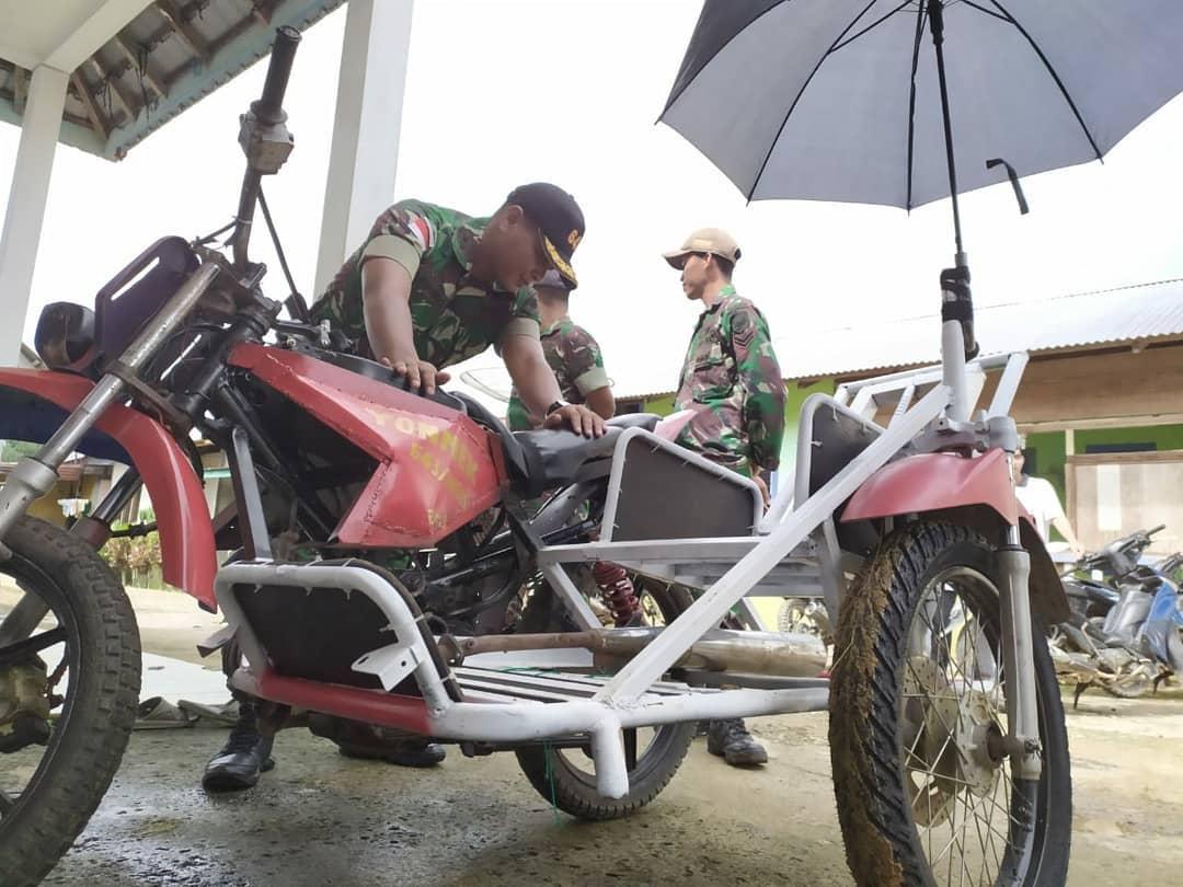 Satgas 643 Hadiahi Warga Kendaraan Pengangkut Pasien