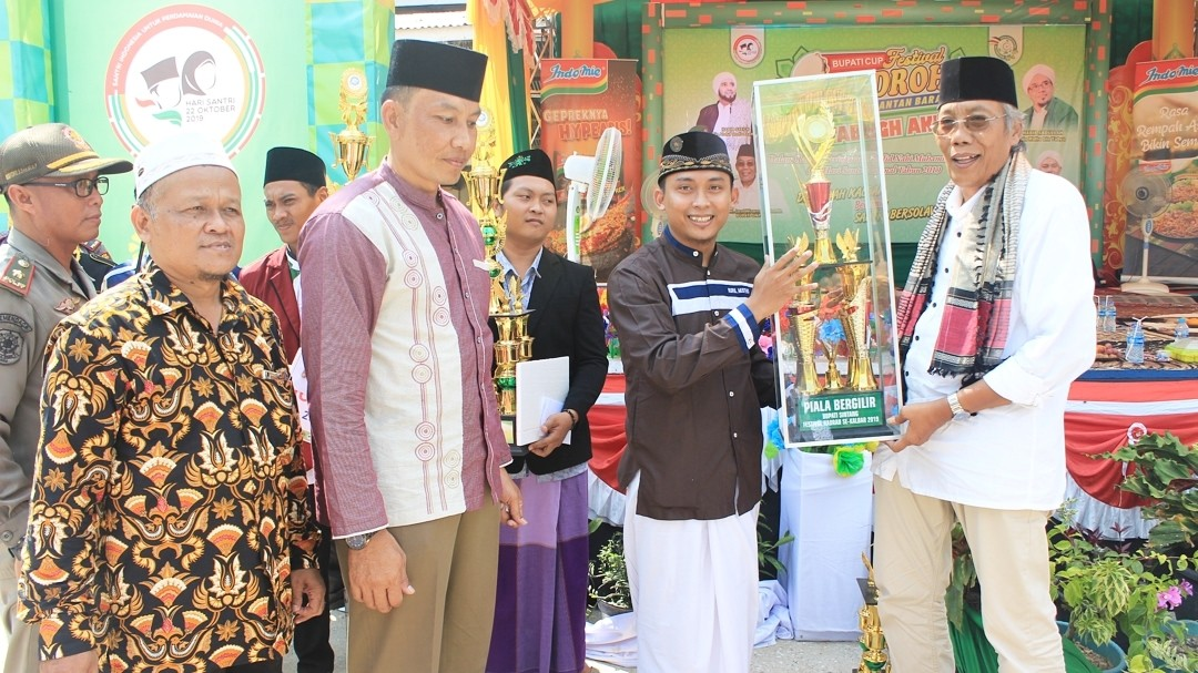 Bupati Sintang dr. H. Jarot Winarno, M. Med. PH menutup rangkaian kegiatan Festival Hadroh se-Kalimantan Barat tahun 2019 memperebutkan Piala Bupati Sintang.