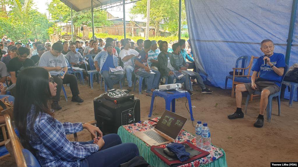 Para tukang bangunan di Kabupaten Sigi, Sulawesi Tengah, mengikuti kegiatan pelatihan membangun rumah tembok tahan gempa dengan lapisan ferosemen. Latihan ini juga diikuti kaum ibu agar kelak dapat mengawasi pembangunan kembali rumah mereka.