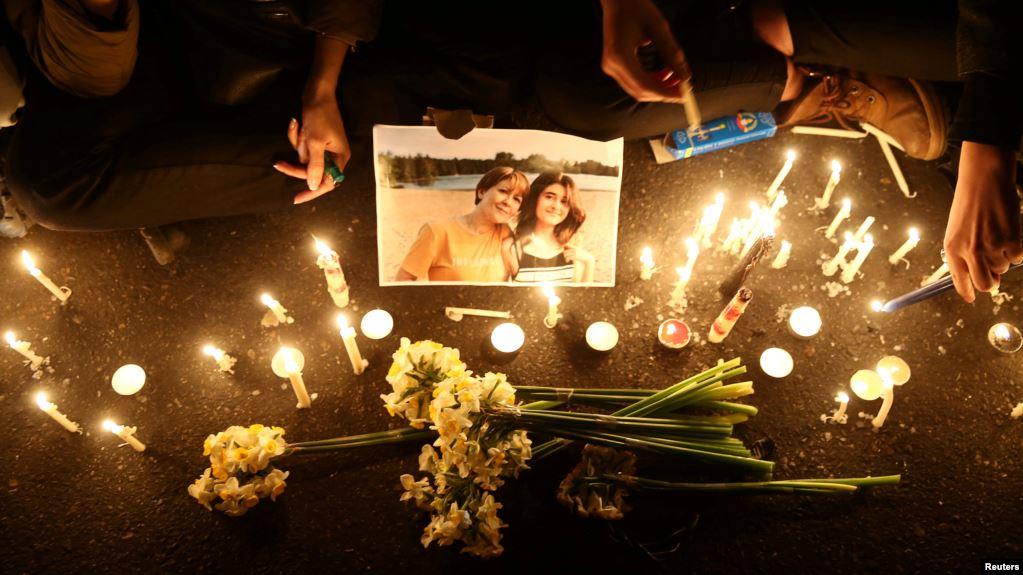 Warga dan kerabat korban kecelakaan pesawat Ukraina berkumpul untuk menunjukkan simpati mereka, di Teheran, 11 Januari 2020. (Foto: Reuters)