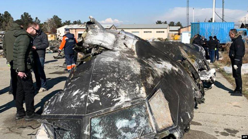 Kepingan pesawat Boeing 737-800 yang jatuh di luar ibukota Teheran, Iran, 8 Januari 2020. (Foto: STR/ Dewan Keamanan dan Pertahanan Nasional Ukraina/AFP).