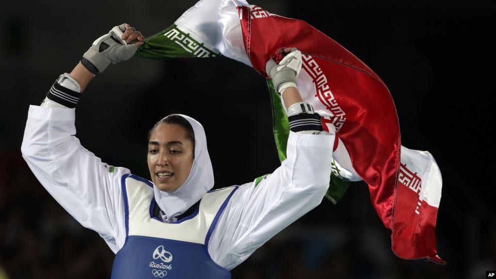 Atlet taekwondo Iran Kimia Alizadeh Zenoorin merayakan kemenangan meraih medali perunggu dalam Olimpiade musim panas di Rio de Janeiro, Brazil, 18 Agustus 2016.