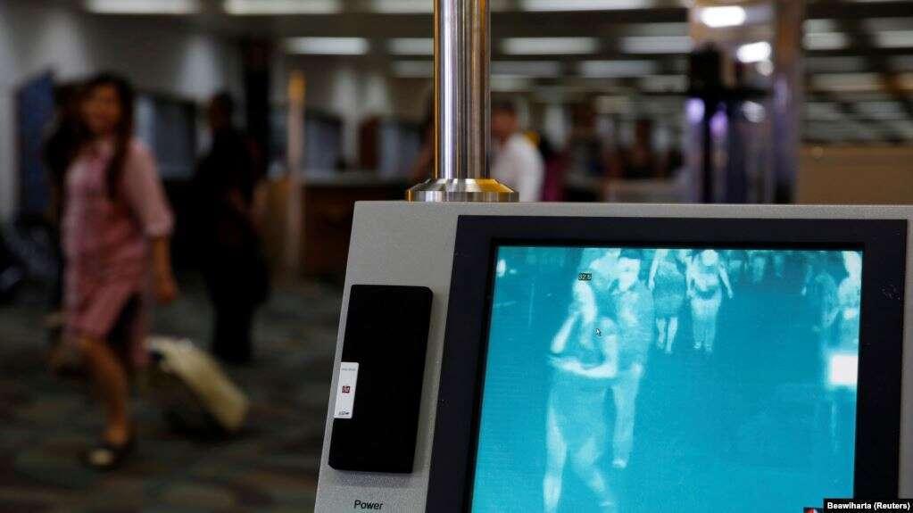 Penumpang pesawat berjalan melewati alat detektor suhu manusia di Bandara Soekarno-Hatta di Jakarta, 30 Agustus 2016, setelah tiba dari Singapura. (Foto: Reuters/ Beawiharta)