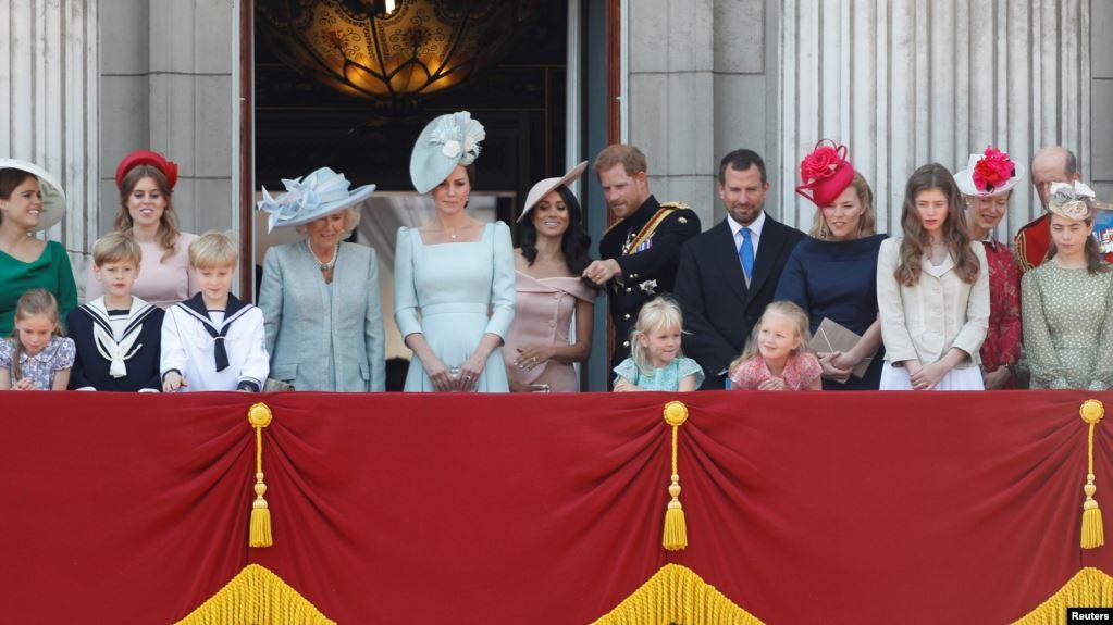 Pangeran Harry dan Meghan, bersama dengan anggota keluarga kerajaan Inggris lainnya di balkon Istana Buckingham, Inggris, 9 Juni 2018. (Foto: Reuters/Peter Nicholls)
