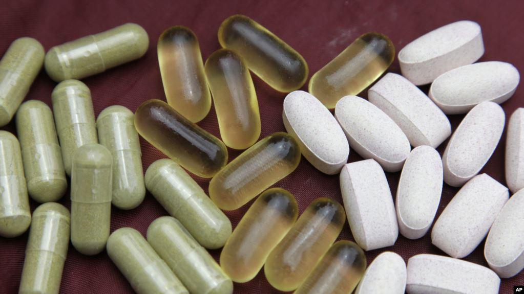 Pil Echinacea, kiri, minyak ikan, tengah, dan glukosamin ditunjukkan di San Francisco, Kamis, 30 Juli 2009. (Foto: AP)