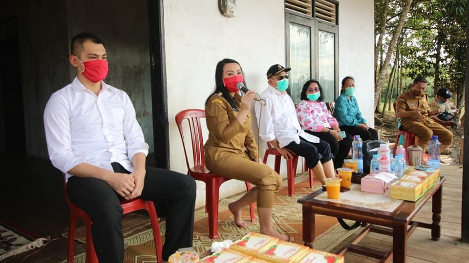 """acara tanam padi bersama kelompok tani """"Coba Maju"""" di Takiukng, Desa Sidas, Kecamatan Sengah Temila, Senin (15/06/20)."""