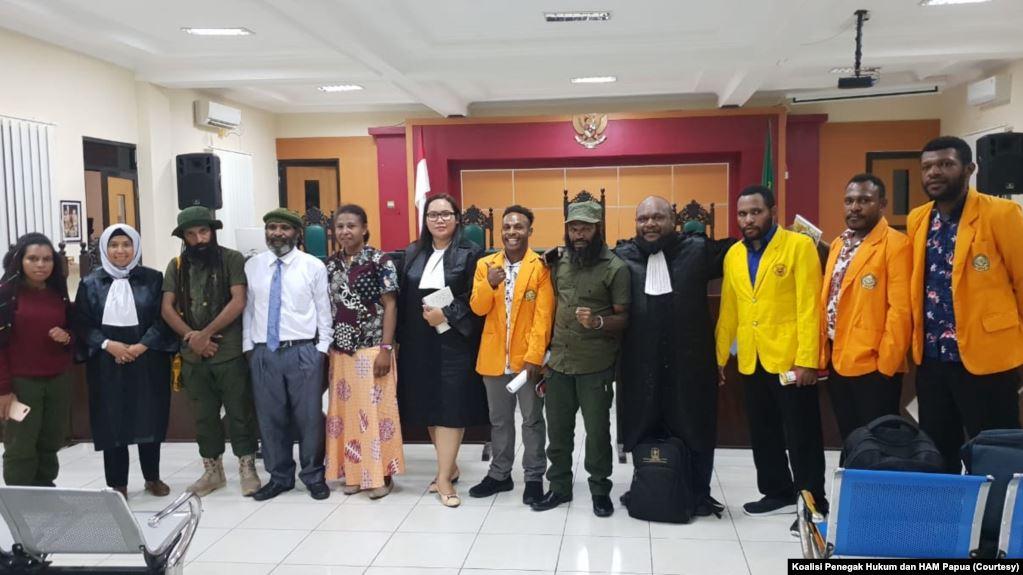 Tujuh tapol Papua bersama penasihat hukumnya saat berada di PN Balikpapan, Kalimantan Timur. (Foto: Koalisi Penegak Hukum dan HAM Papua).