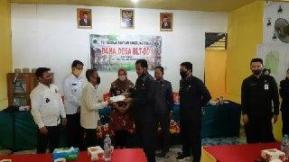 Bupati Nasir Salurkan BLT DD di Desa Temuyuk