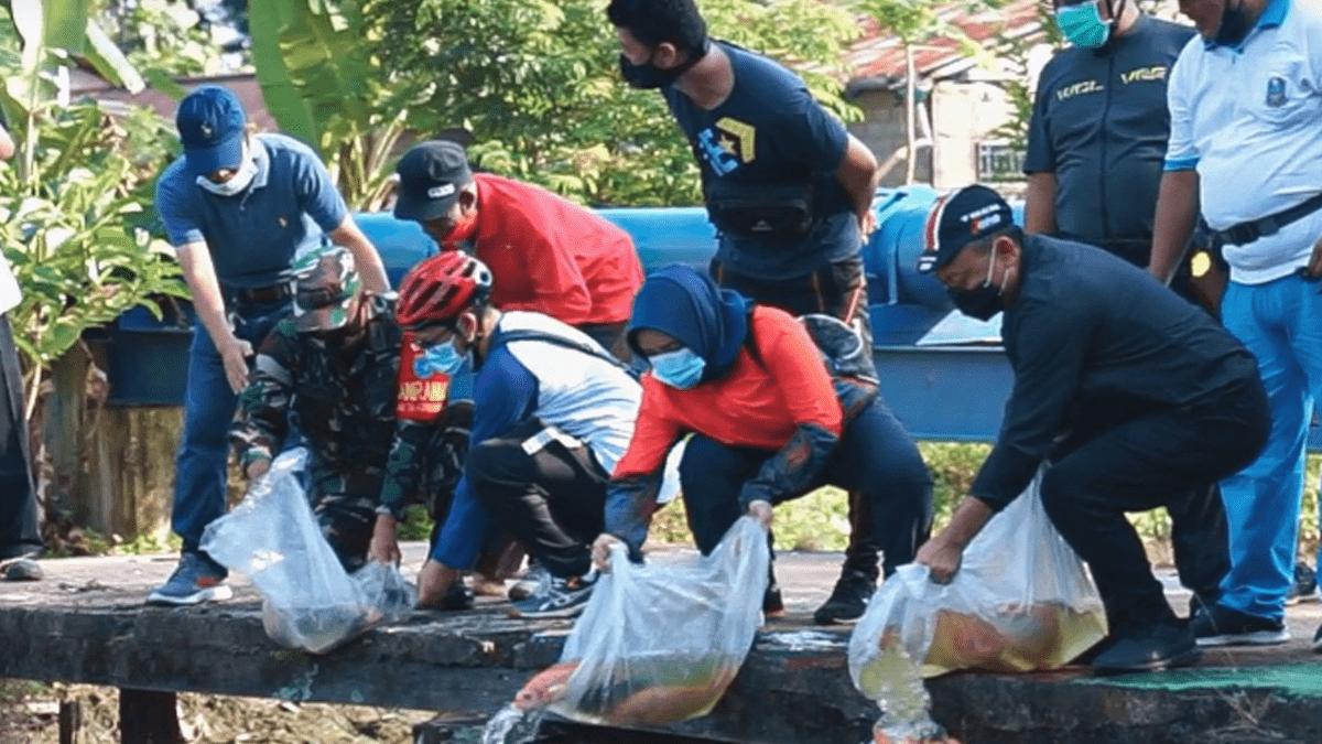 Edi Kamtono Tebar Benih Ikan Nilai di Sungai Jawi, Kok Bisa?