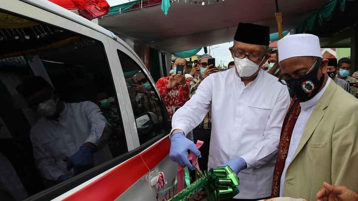 Gubernur Kalimantan Barat (Kalbar) Sutarmidji memberikan bantuan satu unit mobil jenazah kepada Majelis Assadah Alawiyah jalan tanjung raya I, jumat (23/10/2020). Gubernur berharap agar masyarakat dapat memanfaatkan bantuan mobil jenazah ini.