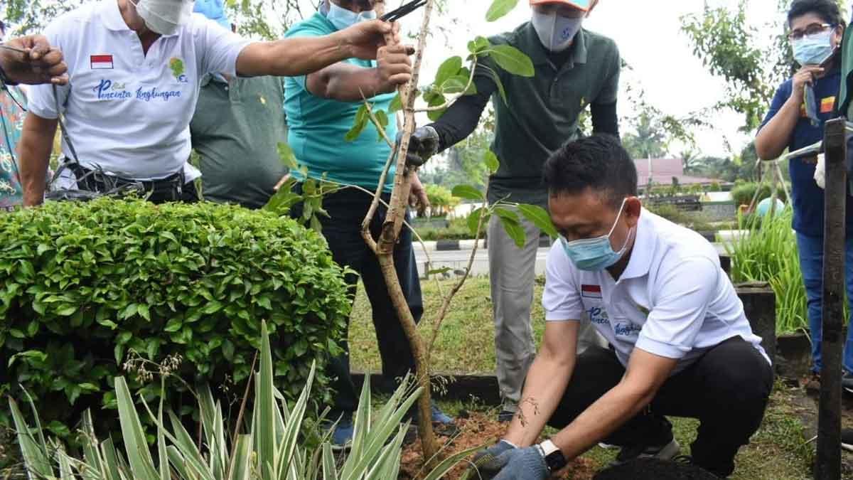 Edi Kamtono Tanam Pohon Berbunga Di Trotoar Jalan A. Yani