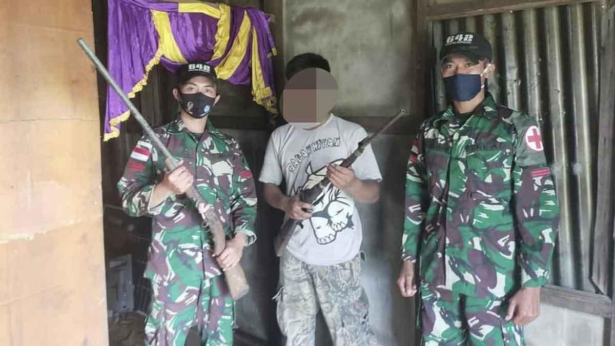Dengan Suka Rela, Warga Pebatasan Serahkan Dua Pucuk Senjata