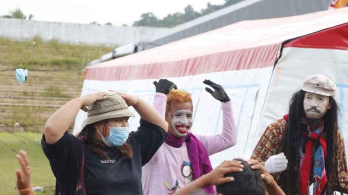 Drama Pantomim Hibur Anak-anak di Lokasi Pengungsian Gempa Sulbar