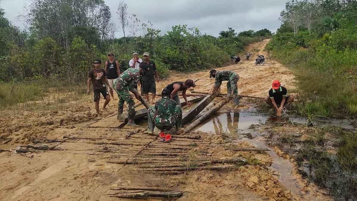 Satgas Pamtas Yonif 407 Karya Bhakti Perbaiki Jalan Desa Aboy Sintang