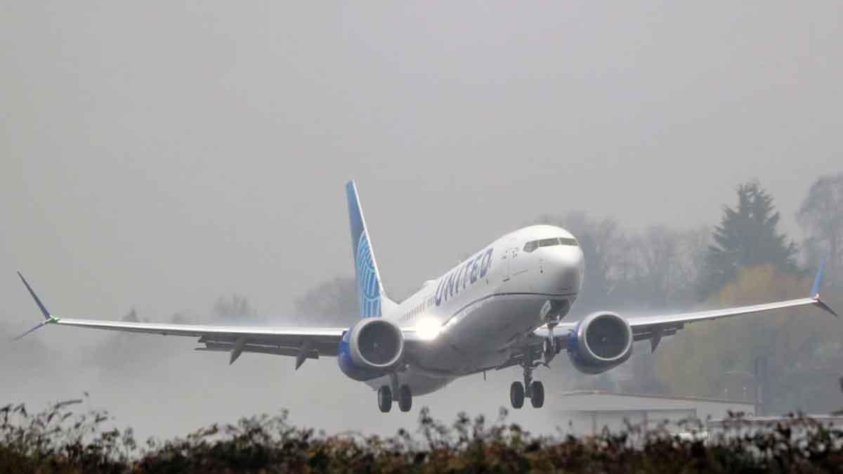 Serpihan Pesawat United Airlines Jatuh Menimpa Permukiman di Denver
