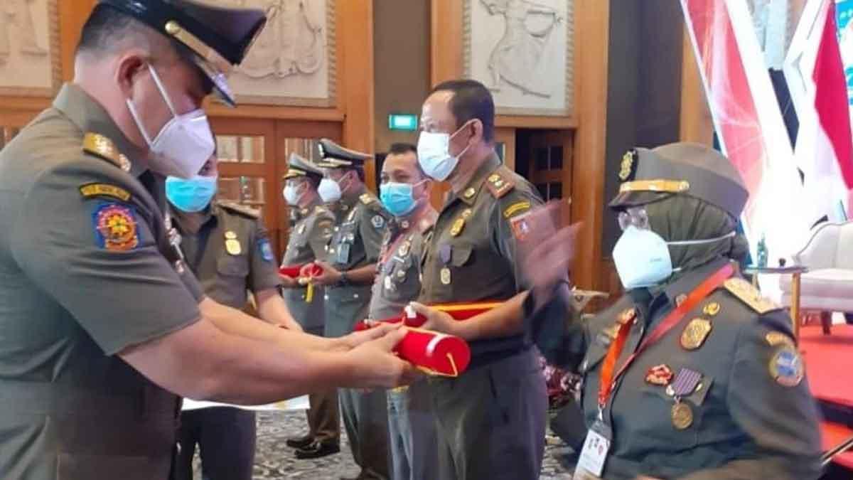 Kasat Pol PP Kota Pontianak Boyong Penghargaan dari Kemendagri
